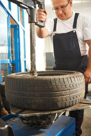 Mechaning mudando pneu de carro
