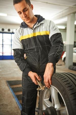 Balanceamento mecânico de carro pneu Imagens