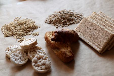 galletas integrales: Los alimentos ricos en hidratos de carbono. alimentación saludable, la dieta concepto. Pan, pasteles de arroz, arroz integral, avena. Foto de archivo