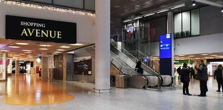 Frankfurt, Germany.12 26 2019: Eines der Frankfurter Flughafenterminals zur Weihnachtszeit mit Einkaufsbereich, Rolltreppen und sprechenden ausländischen Passagieren