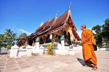 Wat Chieng pinzas del templo hist�rico en Luang Pra Bang, Laos y el monje Editorial