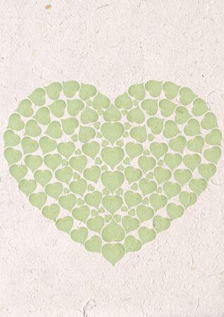 Coraz�n Verde de naves de papel reciclado con hojas verdes, concepto de ecolog�a con coraz�n de papel de reciclaje de hojas verdes