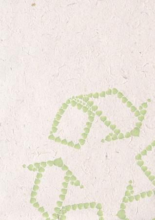 de reciclaje artesanal de papel, el concepto de la ecolog�a con el coraz�n de las hojas verdes en se�al de reciclaje en papel reciclado Foto de archivo