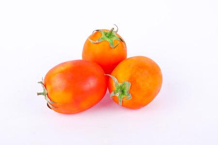 赤いトマトは、健全な野菜と白の背景に高い栄養価を分離しました。