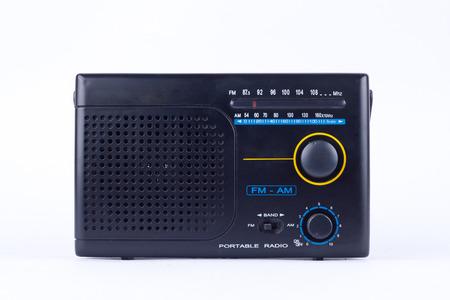 transistor: AM, FM radio portátil transistor receptor de época de estilo retro negro viejo en el fondo blanco aislado
