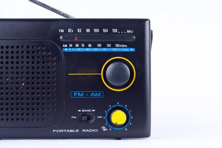 transistor: AM, FM receptor de radio portátil de transistores de estilo negro retro de la vendimia en el fondo blanco aislado cerca