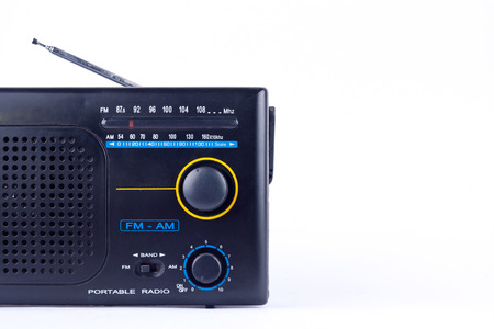 transistor: viejo negro de la vendimia estilo retro AM, FM receptor de radio portátil de transistores en el fondo blanco aislado cerca Foto de archivo