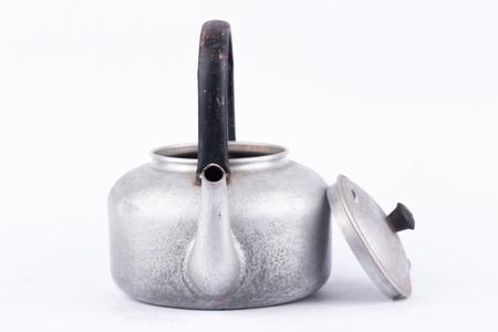 Oude vintage retro waterkoker op witte achtergrond drankje geïsoleerd dicht omhoog. Welke, ketel gemaakt van aluminium materialen.