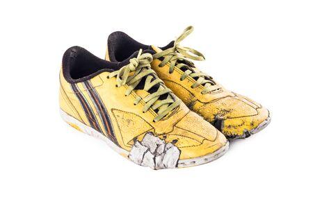 Vecchio logoro e sporco giallo futsal scarpe sportive su sfondo bianco calcio sportware oggetto isolato Archivio Fotografico