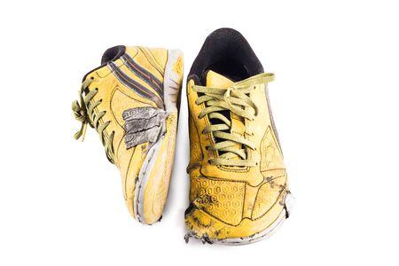 Vecchio usato giallo logoro scarpe sportive futsal su sfondo bianco calcio sportware oggetto isolato Archivio Fotografico