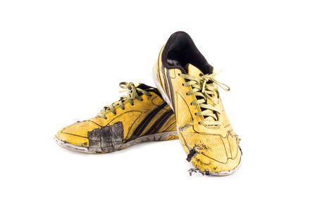 Vecchio usato giallo logoro scarpe sportive futsal su sfondo bianco calcio sportware oggetto isolato