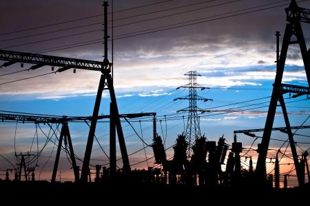 redes electricas: Líneas eléctricas en la puesta del sol Foto de archivo