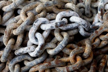 ancla: Cadena con grandes cadenas en un puerto
