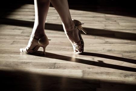 latin dance: Vrouwelijke voeten op de dansvloer