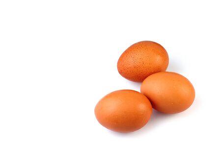 huevo blanco: Huevos aislar el fondo blanco, seleccione el foco en el huevo delantero