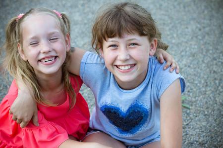 novias de dos niñas abrazan y sonríen, hermanas, niños, verano, caminar, alegría, lindas niñas abrazos al aire libre. Concepto de amistad.