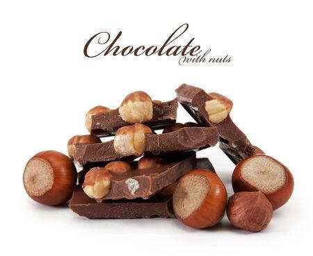 avellanas: Chocolate con frutos secos está aislado en un fondo blanco