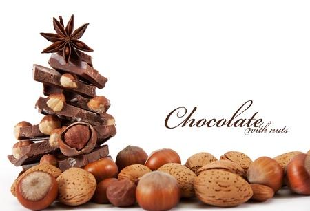avellanas: Chocolate con frutos secos est� aislado en un fondo blanco