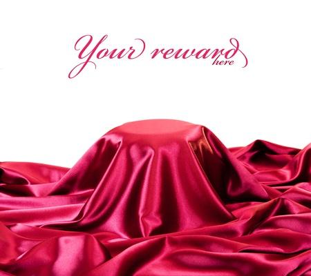 tela seda: la presentación del pedestal cubierto con tela de seda roja. Foto de archivo