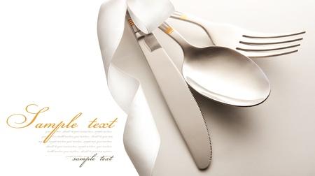 cuchillo y tenedor: cubiertos - cuchillo, cuchara y tenedor. aislado en un fondo blanco Foto de archivo