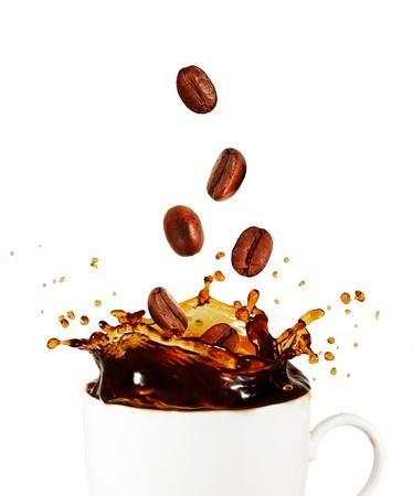 grano de caf�: Splash de caf� con granos de caf�