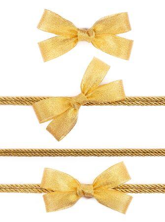 fiocco oro: Arco d'oro sul nastro isolato su sfondo bianco