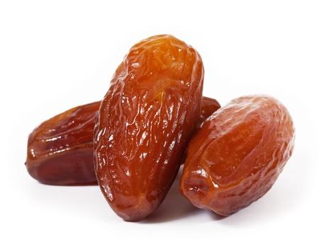 frutas secas: Fechas aisladas sobre fondo blanco