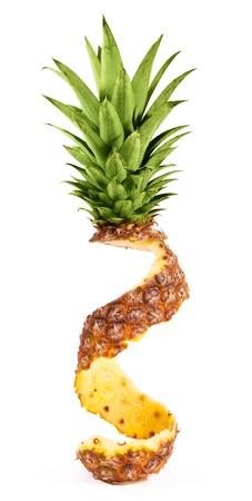 Peler l'ananas isolé sur fond blanc