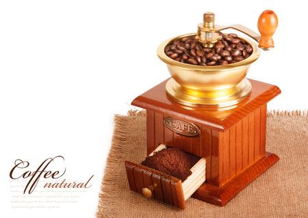 młynek do kawy: Młynek do kawy z ziaren kawy Zdjęcie Seryjne