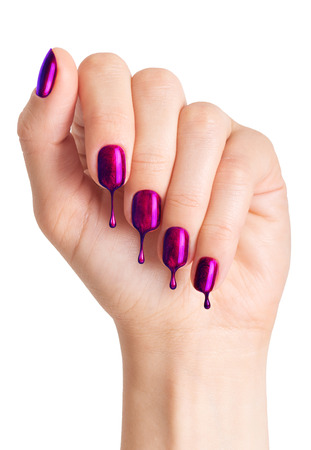 mujer con las uñas pintadas.