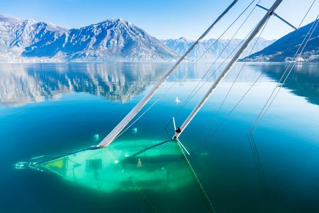 Sunken velero en la Bahía de Kotor.Shipwreck.