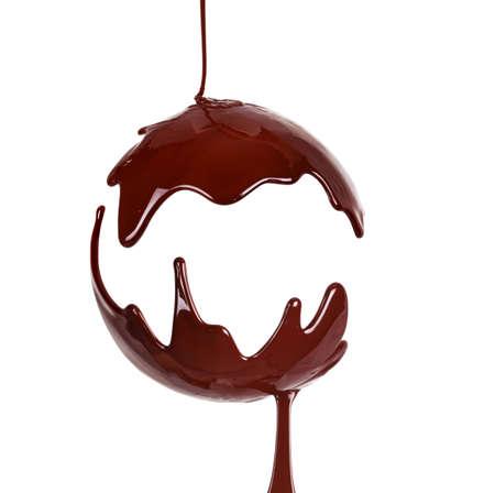 Geschmolzener Schokoladensirup auf weißem Hintergrund. Flüssige Schokolade auf weißem Hintergrund.