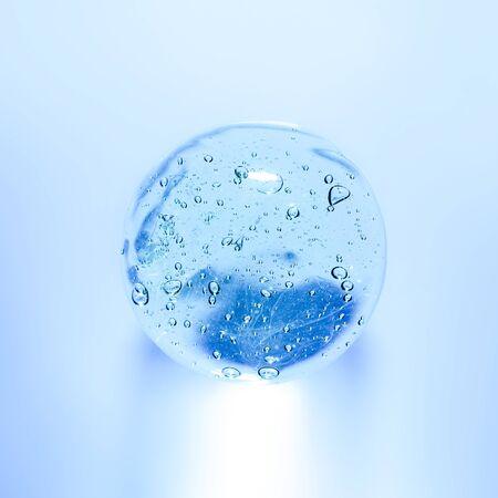 Gel transparent avec gros plan de bulles. Frottis de gel-crème pour le visage. La texture du gel crème. Un échantillon d'un produit cosmétique.