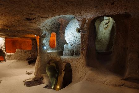 Innenraum der unterirdischen Stadt Kaymakl?, Passage, Ställe, Keller, Lagerräume. Höhlen sind populäre Touristenattraktion in Cappadocia, die Türkei Standard-Bild - 82388567
