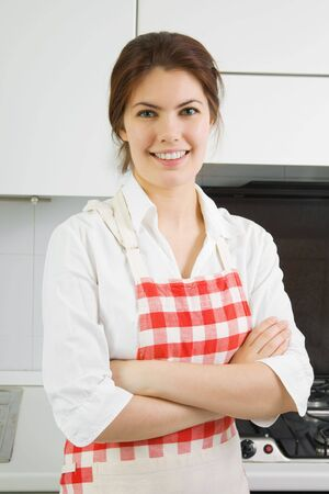 delantal: Retrato de una bella mujer joven en la cocina Foto de archivo