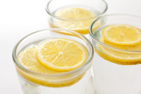 vasos de agua: Rodajas de limón fresco en los vasos de agua sparkilng
