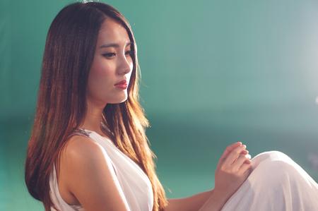 plan �loign�: gros plan tourn� en studio d'une jeune beaut� chinoise