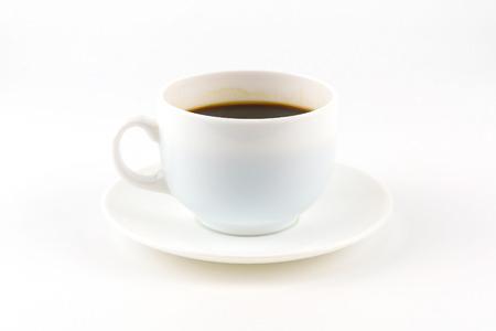 Kawa na białej filiżance i spodeczku na białym tle z miejsca kopiowania.