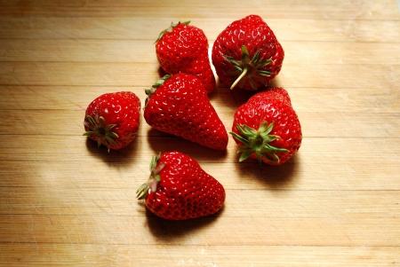 まな板: Strawberry on a chopping board