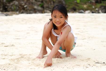 petite fille avec robe: Petite asiatique � la plage Banque d'images