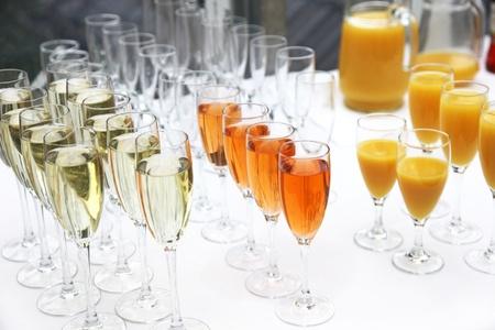 evento social: Und champagner c�cteles einer Reihe beim Sektempfang.Many vasos de vino espumoso, champ�n y c�cteles en una fila en una recepci�n champagne Foto de archivo