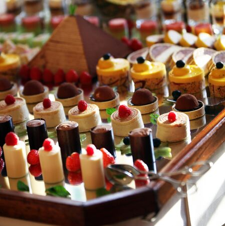 piramide alimenticia: La selección de postres decorativos en una mesa de buffet en un caso atendido de lujo o celebración