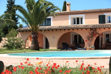 mediterranean houses: Mediterranean style real estate with pool and garden