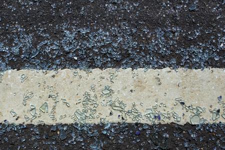유리가 도로에 떨어져서 부러졌습니다. 부서진 유리가 도로에 퍼졌습니다. 차를 세우는 동안 조심해야하는 위험한 상황이 오게되고 배경과 질감이 달라집니다. 스톡 콘텐츠 - 84699491