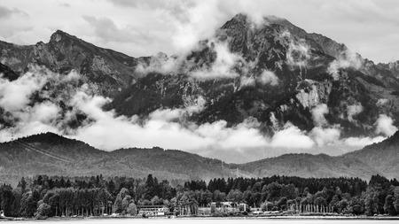 noir et blanc: paysage blanc noir du lac Forggen sur bois de l'Allg�u � quelques montagnes alpes Banque d'images