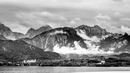 fondo blanco y negro: negro paisaje blanco del lago Forggen sobre las maderas Allgaeu a algunas monta�as alp