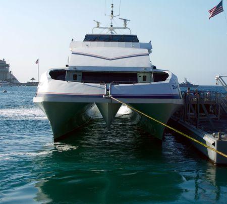 shipload: El catamar�n de alta velocidad balsea Foto de archivo