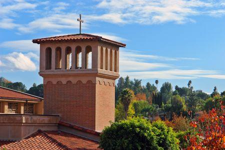 changing color: campanario iglesia en contra de un tel�n de fondo Crujiente fresco oto�o, las hojas de color cambiante Foto de archivo