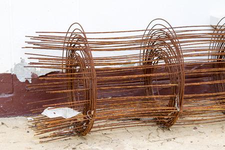 rejas de hierro: rollos de alambre de acero oxidado Foto de archivo