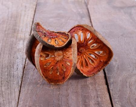 membrillo: membrillo seca sobre fondo de madera